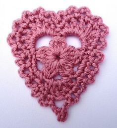 ♥ⓛⓞⓥⓔ♥ Valentine crochet heart. I love the flower in the middle! This would make such a sweet ♥ necklace. ¯\_(ツ)_/¯