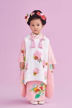 七五三 きもの 被布 Japanese Babies, Cute Japanese, Japanese Kimono, Child Of The Universe, Japanese Festival, Oriental Dress, Japanese Outfits, Yukata, Kid Styles