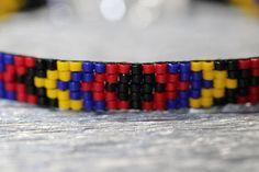 Uno de una tipo pulsera Miyuki, hecho a mano con amor... Delicas Miyuki 11/0: -negro -rojo -blye -amarillo Cerradura de langosta plateado plata con cadena de extensión. Medidas: CM: 17,5 - extensión 5 - 22,5 total la longitud de cadena PULGADAS: longitud total de 6,88 - 1,96 Loom Bracelet Patterns, Loom Bracelets, Native Beading Patterns, Beaded Jewelry, Handmade Jewelry, Native American Beading, Seed Bead Earrings, Bead Crochet, Jewelry Making