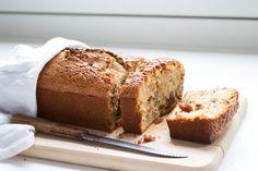 Met deze winterse 5-spice cake met sinaasappel, noten en rozijnen kom je meteen helemaal in de winterse mood. Kruidig, smeuïg en gezond!