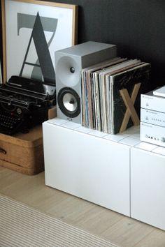 moderni puutalo: Olkkarin musta seinä Magazine Rack, Storage, Furniture, Home Decor, Purse Storage, Decoration Home, Room Decor, Home Furnishings, Arredamento