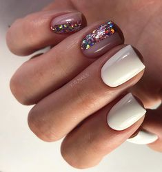 On average, the finger nails grow from 3 to millimeters per month. If it is difficult to change their growth rate, however, it is possible to cheat on their appearance and length through false nails. Classy Nails, Stylish Nails, Simple Nails, Trendy Nails, Glitter Nails, My Nails, Nagellack Trends, Nail Polish Trends, Nagel Gel