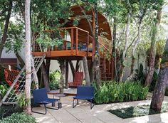 A metragem enxuta não limitou a criatividade do engenheiro agrônomo Ricardo Pessuto, e o quintal ganhou um jardim supercharmoso com casa na árvore e áreas para entreter das crianças aos adultos