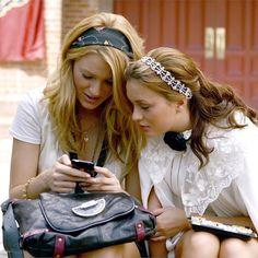 Gossip Girl - Serena and Blair Gossip Girl Blair, Gossip Girls, Moda Gossip Girl, Watch Gossip Girl, Gossip Girl Serena, Estilo Gossip Girl, Gossip Girl Outfits, Gossip Girl Fashion, Dan Humphrey