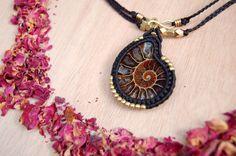 Collana tribale collana, gioielli macramè, di macramè nero e marrone con un pendente dell