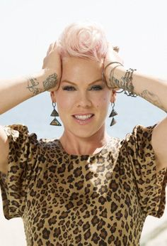 """P!nk. """"""""HELP """""""" MY HEADIN IS SPINING Francis Chan, Chic Over 50, Hair Color Pink, Attitude, Gorgeous Blonde, Badass Women, Pink Fashion, Girl Crushes, Role Models"""