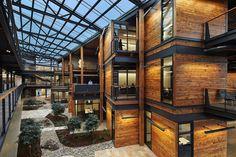 Binnenplaats en hout en glas