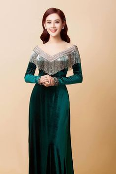 African Fashion Dresses, Hijab Fashion, Fashion Outfits, Myanmar Traditional Dress, Traditional Dresses, Indian Designer Outfits, Designer Dresses, Dark Green Prom Dresses, Style Marocain