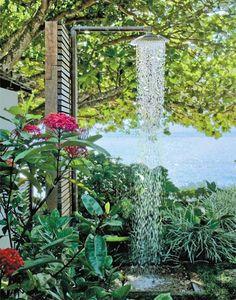 A ducha instalada no jardim desta casa de praia fica sujeita a maresia, chuva...