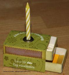 Geburtstag Einfach zwei Streichholzschachteln übereinanderkleben, mit Papier beziehen (eine Reibfläche offen lassen!).  Eine Jumboöse oben in der Mitte anbringen und fertig. In die untere Schachtel kommt die 'Geburtstagstorte' (eine Mini-Rittersport *g*) und oben ein paar Streichhölzer und eine gekürzte Geburtstagskerze.