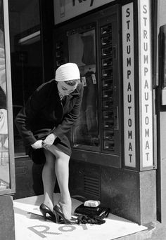 John Firth :: A woman buys a new pair of nylons from a stocking vending machine or automat in Stockholm, and changes into them in the doorway, May 1956 (BIPs/Getty Images) Quick Change. New Nylons! Vintage Dior, Vintage Lingerie, Vintage Fashion, 1940s Fashion, Vintage Beauty, Vintage Stockings, Nylon Stockings, Lady Stockings, Stockings Lingerie