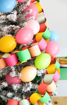 Tree trimming party ideas for food, fun, drinks and the best way to decorate a tree with friends. Two different versions for your tree trimming party plans Diy Christmas Tree Garland, Christmas Balloons, Diy Christmas Decorations Easy, Holiday Tree, Xmas Tree, Christmas Time, Holiday Decorating, Holiday Party Themes, Party Ideas