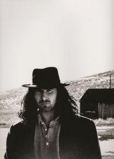 The Edge con un fedora, retrato fabricado por la mirada de Anton Corbijn #Hat #U2 #TheJoshuaTree