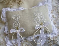 Lacomtesse&lepointdecroix: cuscino porta fedi nozze d'oro