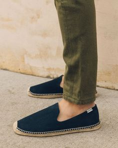 Your go-to shoe These smoking slipper espadrilles are a casual classic with a laid-back vibe. Wear them to the beach or even with a suit! Slip On Shoes, Men's Shoes, Dress Shoes, Flat Shoes, Espadrilles Men, Fashion Shoes, Man Fashion, Smoking Slippers, Summer Shoes
