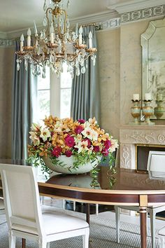 Michal Evans, one of Atlanta's premier floral and event designers, accentuates the luxe décor of interior designer Suzanne Kasler's home with painterly arrangements. From Flower Magazine Jan/Feb 2015 issue. www.flowermag.com