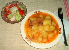 Krumpligulyás friss zöldségsalátával