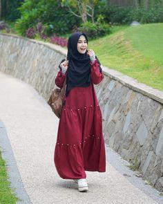 Image may contain: 1 person, standing and outdoor Modern Hijab Fashion, Abaya Fashion, Muslim Fashion, Modest Fashion, Fashion Outfits, Casual Hijab Outfit, Hijab Style Dress, Hijab Chic, Abaya Mode