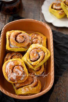 Cynamonowe ślimaczki na cieście drożdżowym z dodatkiem dyni. Dzięki dyni ciasto ma piękny, żółto- pomarańczowy kolor, jest delikatne, puszyste, a...