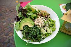 Nach Ma´loa gibt es nun ein zweites Lokal in Berlin, das sich ganz auf den neuen, hawaiianisch inspirierten Food Trend Poké Bowls spezialisiert hat. Die Besitzer sind Geschwister und haben die Idee von Nordamerika nach Berlin geholt. Grob kann man sagen, wer Sushi mag, kann es auch mit Poké probiere