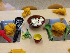 Play dough on mirrors with kitchen tools. Early Childhood Activities, Early Childhood Education, Sensory Activities, Sensory Play, Preschool Transitions, Creative Area, Sensory Boxes, Messy Play, Play Dough