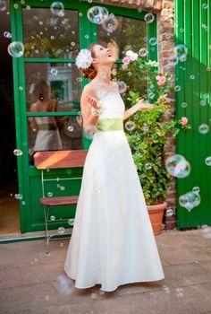 Helene    Langes, schlichtes Brautkleid mit Corsage und maigrünem, gefältelten…