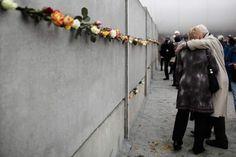 Este sábado, 9 de noviembre de 2019, se cumplen treinta años de la caída del Muro de Berlín. Aquel día, el mundo asistió al espectáculo que dieron los berlineses derribando aquella negra frontera que los había dividido antinaturalmente durante 28 años. Aquella jornada, fundamental y mitificada, se produjo por la presión popular, pero también por ... Fall Of Berlin Wall, People Hugging, Border Guard, Far Away, Past, Berlin Germany, Freedom, Sunday, World History