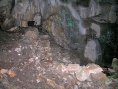Première salle de la grotte de Ratapignata, sol de la partie haute et escalier de pierre.