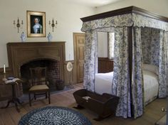 Bedroom in the 1751 Warren House at Smith's Fort Plantation in Surrey County, Virginia Pretty Bedroom, Dream Bedroom, American Bedroom, Warren House, Colonial Bedroom, Discount Bedroom Furniture, Primitive Bedroom, Antique Interior, Mid Century House