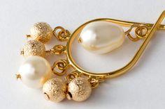 Brincos Folheados em Ouro com Pérolas Swarovski, contas folheadas em ouro e pedras olho de tigre facetadas.