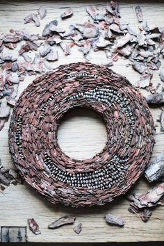 Dieser handgemachte Kranz besteht aus Pinienrinde und Kiefer Kegel Blütenblätter.   Dieser Kranz auf einem Polyester Kranz angebracht.   Abmessungen: Außendurchmesser Kranz ist 37cm (14,5 Zoll), interne 13cm (5,1 Zoll), Dicke 3cm (1,1 Zoll). Einsatz: indoor. Die ganze Saison Kranz
