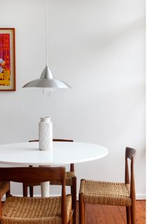 Today we'll show you Tim Ross' house, an Australian comedian and mid-century modern enthusiast, living in a original mid-century modern house in Sydney. Flat Roof House, Tulip Table, Man Of The House, The Design Files, Australian Homes, Mid Century House, Mid Century Modern Design, Chair Design, Dining Table