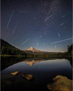 Les perséides à Trillium Lake en Oregon (États-Unis). Photo: @austinjackson29  #voyagevoyage #voyage #blogvoyage #paysage #instatravel #oregon