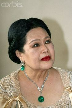 Royal Crown Jewels, Royal Jewelry, Jewelry Art, Jewellery, Emerald Necklace, Emerald Jewelry, Queen Sirikit, Roll Hairstyle, Royal Tiaras