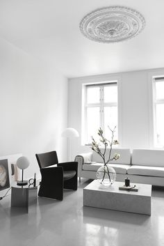 Take a look at stunning Scandinavian living room design photos and tips. All from tips on which colors to use, materials, details + what to think of to create your unique Scandinavian design story. We cover it all! Scandinavian Interior Design, Scandinavian Living, Home Interior, Simple Interior, Modern Interior, Minimalist Interior, Minimalist Home, Cheap Dorm Decor, Living Room White