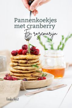 pannenkoekjes met cranberry recept Spirulina, Foodies, Cereal, Thanksgiving, Breakfast, Drinks, Breakfast Cafe, Beverages, Thanksgiving Tree