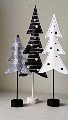 How to decorate a small living room for Christmas - BLACK AND WHITE FELT CHRISTMAS TREES #tinyhouseliving #smallspaceliving #smallroomdecor #christmasdecorideas #DIYSmallChristmasTree
