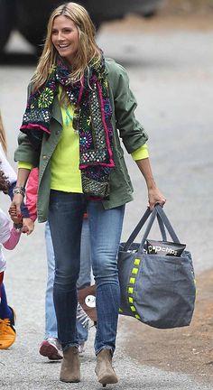 Fashion-Looks: So lässig und natürlich wie am Strand von Malibu gefällt uns Heidi Klum am besten: Das Neon-T-Shirt wird mit dem lässigen Parka gemixt. Dazu trägt Heidi eins ihrer kultigen Tücher mit Tribal-Stickereien.