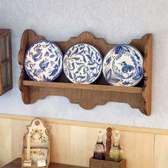 Platero para colgar en pared, realizado a mano en madera encerada. El precio no incluye los platos de cerámica, estos se venden a parte; puedes ver todos los modelos que pintamos a mano en : http://artesanosfeliperoyo.com/es/23-platos Piezas enteramente realizadas por nosotros ( no