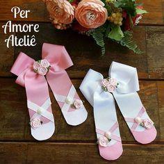 Laço sapatilha de ballet no bico de pato, rosinhas e pérolas enfeitam esse belo laço, ideal para usar acima da redinha no coque