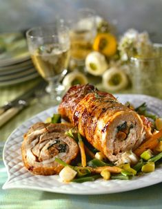 1. Muşchiul se spală bine, se curăţă de pieliţe şi se desface cu un cuţit, în aşa fel încât să poată fi rulat. Se bate cu ciocanul pentru şniţele, se condimentează cu sare, piper şi cimbru, se împachetează într-o folie alimentară şi dă la rece o oră. 2. Între timp, se pregăteşte umplutura. Se curăţă … Tandoori Chicken, Carne, Nom Nom, Rolls, Dinner, Cooking, Ethnic Recipes, Animals, Succulents