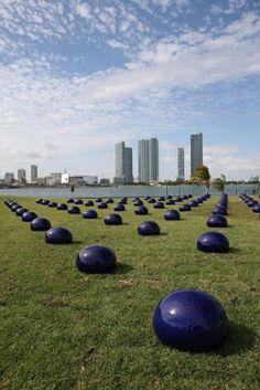 Bubbles, 2008, 100 gouttes d'eau en porcelaine bleue, H: 50 cm, D: 75 cm chacune,  Art Basel Miami Beach 2008.