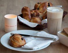 Nybagte luciabrød er lækre og med koldhævede luciabrød er det nemt at vække familien med nybagte luciabrød til morgenmad - opskrift