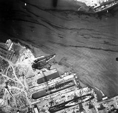 View of the dry docks of the US Pearl Harbor Naval Base on December 1941 from an airplane. Pearl Harbor 1941, Pearl Harbor Hawaii, Pearl Harbor Attack, Pearl Harbor Pictures, War Of The Pacific, Day Of Infamy, Remember Pearl Harbor, Uss Arizona Memorial, Imperial Japanese Navy