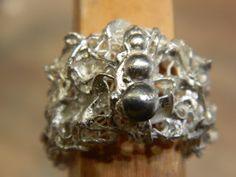 Ring uit zilverklei gemaakt in workshop
