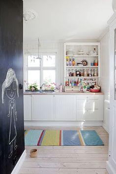 white/bright kitchen + chalk board wall = perfect!