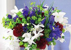 Blumenstrauß aus  Iris, Glockenblume, Hasenohr sowie Nelke und Herzkelch