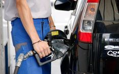 La suba del dólar impulsará alza a los combustibles, autos y alimentos