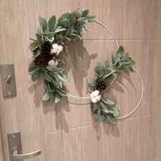 Koło ze srebrnym starcem bawełną i szyszką, minimalistyczne śr 40 W Hotel, Wreaths, Interior, Home Decor, Decoration Home, Room Decor, Design Interiors, Interiors, Bouquet