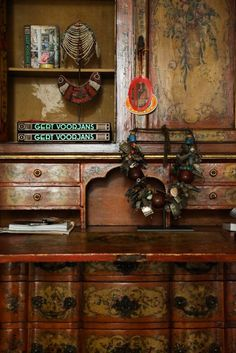 The Socialite Family | Art tribal sur l'armoire en bois vintage de Gert Voorjans. #portrait #meet #gertvoorjans #ADintérieurs #ADintérieurs2017 #décoration #architectureintérieur #homedecor #homestyle #baroquestyle #baroque #salon #livingroom #paris #vintage #vintagestyle #inspiration #wood #bois #furniture #mobilier #tribalart #jewelry #bijoux #idea #home #thesocialitefamily